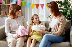 Matka, córka i babcia na urodziny, obrazy royalty free
