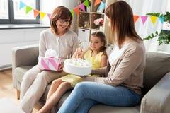 Matka, córka i babcia na urodziny, zdjęcie stock