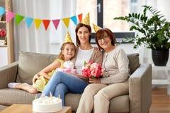 Matka, córka i babcia przy przyjęciem urodzinowym, zdjęcie stock