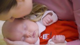Matka całuje jej dwumiesięcznej małej córki zbiory