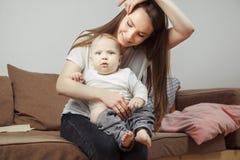 Matka chwyty na rękach jej ulubiony dziecko iść zmieniać on odzieżowy zdjęcie stock