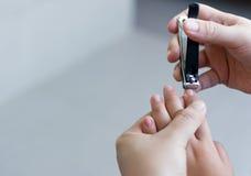Matka ciie paznokcie dziecko, Macierzysty tnący azjatykci dziecka na Zdjęcie Stock