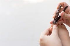 Matka ciie paznokcie dziecko, Macierzysty tnący azjatykci dziecka na Zdjęcie Royalty Free
