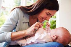 Matka Cuddling Nowonarodzonego dziecka W Domu W Domu Obraz Stock