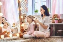 Matka czesze jej córki ` s włosy Zdjęcia Royalty Free