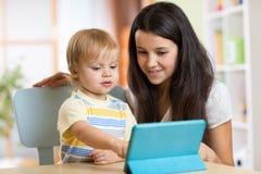 Matka czyta bajkę jej syn od a zdjęcie stock