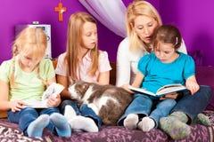 Matka czyta książkę Zdjęcia Royalty Free
