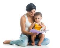 Matka czyta książkę jej syn chłopiec obrazy royalty free