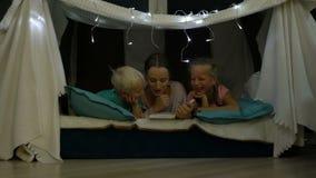 Matka czyta pora snu opowieść dla dzieci zdjęcie wideo