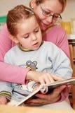 matka czytanie córkę Obrazy Royalty Free