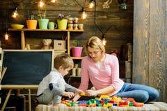 Matka dnia pojęcie Macierzysta i mała syn sztuka z zabawkarskimi cegłami na matka dniu Matka dnia gry szczęśliwe dzień matki fotografia stock