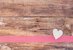 Matka dnia serc dekoracja na czerwonego tasiemkowego borderand nieociosanym drewnianym tle Obraz Royalty Free