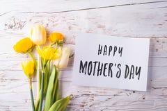 Matka dnia skład Notatka i kwiaty piękny taniec para strzału kobiety pracowniani young Zdjęcia Stock
