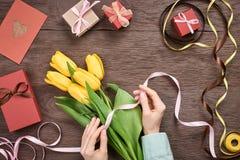 Matka dnia tło Tulipany, prezentów pudełka na drewnie Obrazy Royalty Free