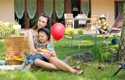 Matka, dwa dzieciaka i balon, Zdjęcia Royalty Free