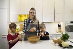 Matka, dwa dzieciaka i dwa dzieciaka kneeding ciasto kneeding ciasto matki Obrazy Royalty Free