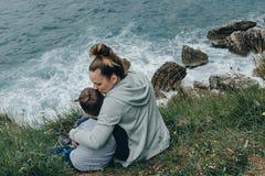 Matka dzień, młoda kobieta całuje jej syna przy morzem, Montenegro Fotografia Stock