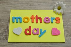 Matka dzień na kolor żółty notatce z bielem, różowym serce i biała stokrotka Zdjęcie Stock