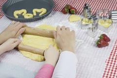 Matka dzień, matka z dzieckiem gotuje wpólnie Zdjęcia Royalty Free