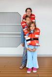 Matka, dzieci bada ich kamizelki ratunkowe obrazy stock