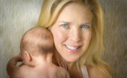 matka dziecka jest ręce Obrazy Royalty Free