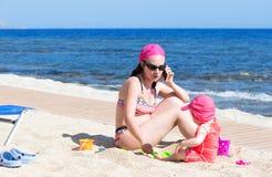 matka dziecka plaży Obraz Royalty Free