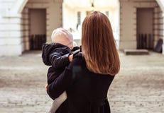 Matka i córka chodzący daleko od, horyzontalny, punkt widzenia zdjęcia stock