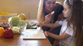 Matka i córka próbujemy liść sałata Dziewczyna kucbarski gość restauracji wpólnie Mama pomagier, rodzinny gość restauracji zbiory wideo