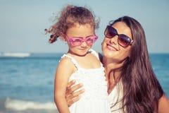 Matka i córka bawić się na plaży przy dnia czasem Zdjęcie Stock