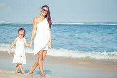 Matka i córka bawić się na plaży przy dnia czasem zdjęcie royalty free