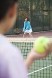 Matka i córka bawić się tenisa fotografia stock
