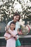 Matka i córka bawić się tenisa, portret fotografia stock