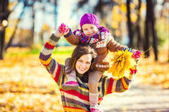 Matka i córka bawić się w jesień parku Zdjęcie Stock