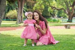 Matka i córka bawić się w parku szczęśliwym zdjęcie stock