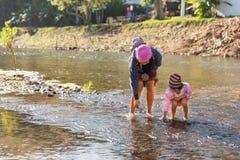 Matka i córka bawić się w rzece Obrazy Stock