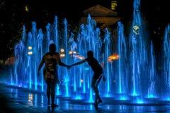 Matka i córka bawić się w wodnej fontannie przy nocą w Quebec obrazy royalty free
