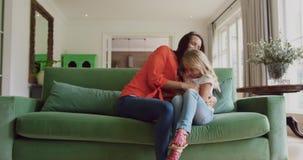 Matka i córka bawić się wpólnie na kanapie 4k w domu zdjęcie wideo
