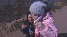 Matka i córka bierzemy zabawę z mydlanymi bąblami zdjęcie wideo