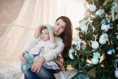 Matka i córka blisko choinki, wakacje, prezent, wystrój, nowy rok, boże narodzenia, styl życia Obrazy Stock