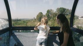Matka i córka cieszy się miasto widok od panoramicznego koła zdjęcie wideo