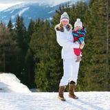 Matka i córka cieszy się zimę przy ośrodkiem narciarskim Obrazy Stock
