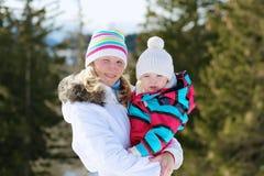 Matka i córka cieszy się zimę przy ośrodkiem narciarskim Obraz Royalty Free