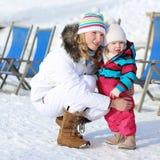 Matka i córka cieszy się zimę przy ośrodkiem narciarskim Zdjęcie Stock