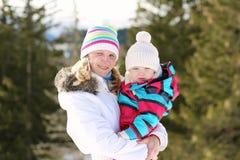 Matka i córka cieszy się zimę przy ośrodkiem narciarskim Obraz Stock