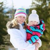 Matka i córka cieszy się zimę przy ośrodkiem narciarskim Fotografia Stock