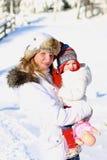 Matka i córka cieszy się zimę przy ośrodkiem narciarskim zdjęcia royalty free