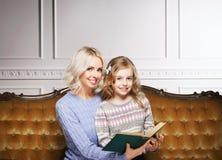 Matka i córka czyta książkę w domu Fotografia Royalty Free