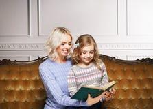 Matka i córka czyta książkę w domu Obraz Royalty Free