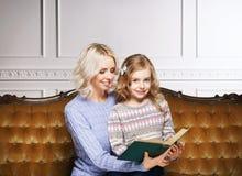 Matka i córka czyta książkę w domu Obraz Stock