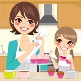Matka i córka Dekoruje babeczki ilustracja wektor